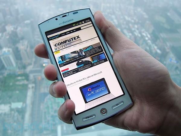 Aquos SH-12C, lo smartphone 3D di Sharp in un video hands-on
