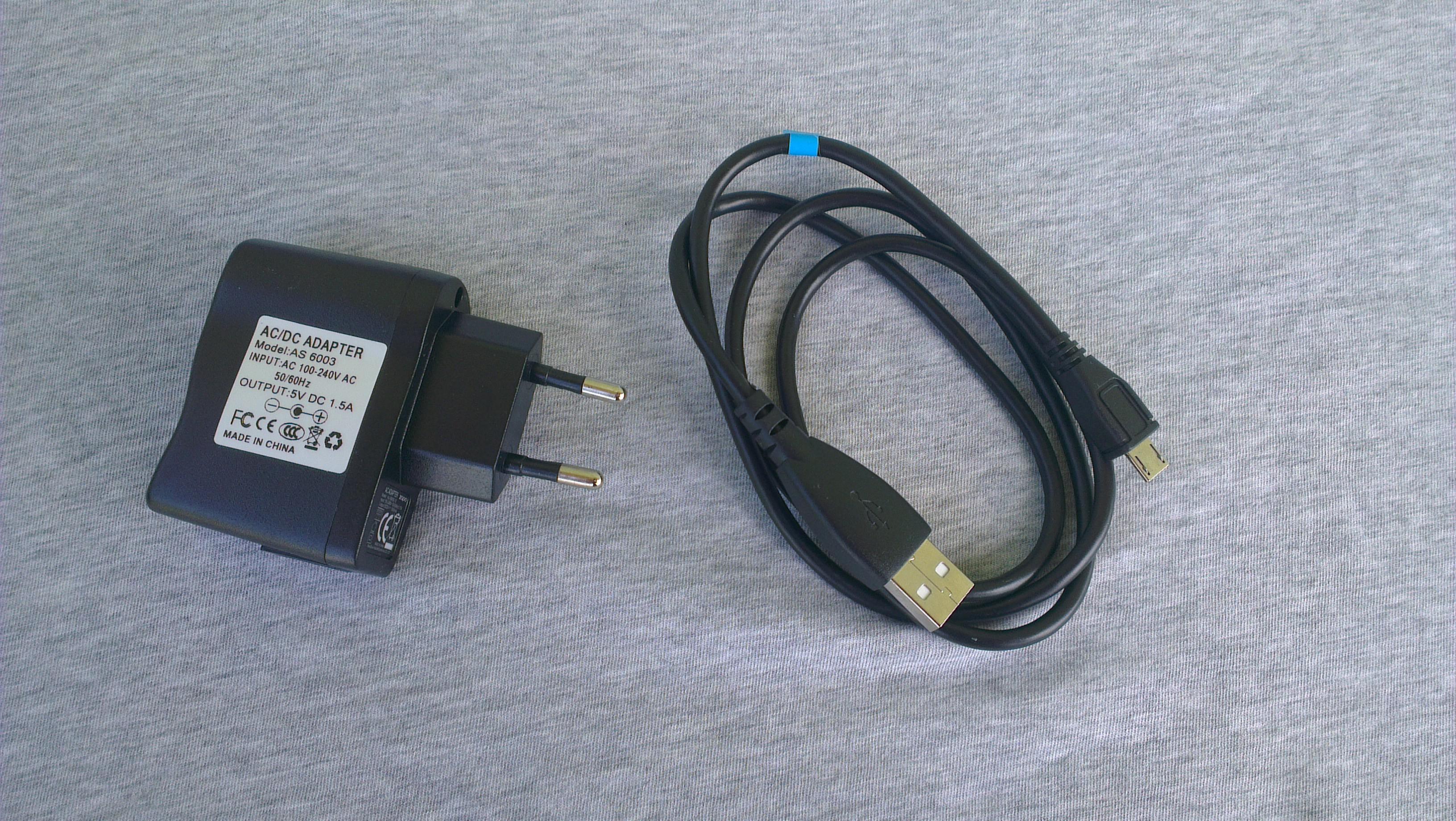 Alimentatore e cavo USB in dotazione