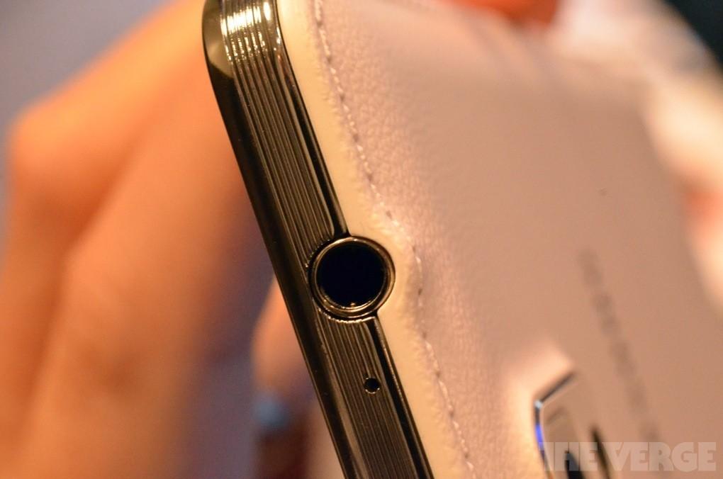 Parte superiore con uscita jack da 3.5mm e secondo microfono